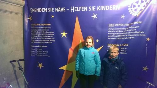Die Kinder von Markus Winterholer posieren vor dem Stand