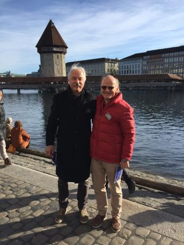 Beni und Kurt posieren vor dem Wasserturm