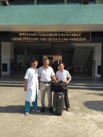 Urs Marbet vor dem Spital in Da Nang